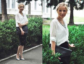 Cómo combinar: blusa de botones blanca, falda lápiz de encaje negra, zapatos de tacón de cuero plateados, cartera sobre de cuero negra
