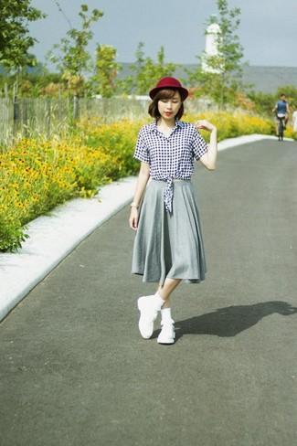 Cómo combinar: blusa de botones de cuadro vichy en blanco y negro, falda midi plisada gris, deportivas blancas, sombrero de lana burdeos