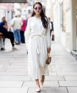 Cómo combinar: blusa de botones de seda blanca, falda midi de seda blanca, zapatos de tacón de cuero en beige, cartera de cuero marrón
