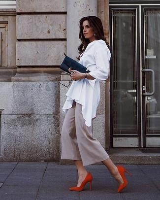 Cómo combinar una cartera sobre de ante negra: Usa una blusa de botones blanca y una cartera sobre de ante negra transmitirán una vibra libre y relajada. Zapatos de tacón de ante rojos son una opción práctica para complementar tu atuendo.