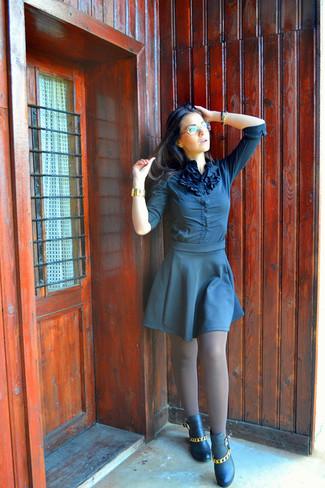 Cómo combinar: blusa de botones azul marino, falda skater azul marino, botines de cuero con adornos negros, reloj dorado
