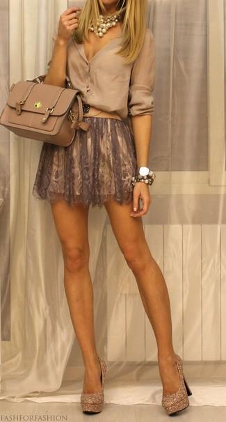 Cómo combinar: blusa de botones en beige, falda skater de encaje marrón, zapatos de tacón de lentejuelas con adornos dorados, bolso de hombre de cuero en beige