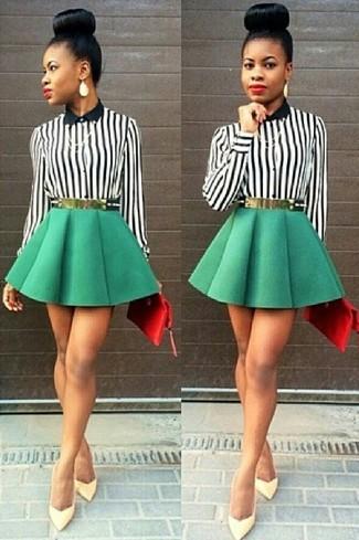 Ponte una blusa de botones de rayas verticales negra y blanca y una falda skater verde para una vestimenta cómoda que queda muy bien junta. Opta por un par de zapatos de tacón de cuero amarillos para mostrar tu lado fashionista.