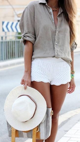 Cómo combinar: blusa de botones gris, pantalones cortos de crochet blancos, bolsa tote de cuero con print de serpiente gris, sombrero blanco