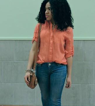 Cómo combinar: blusa de botones ligera naranja, vaqueros azules, bolso bandolera de cuero marrón