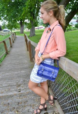 Cómo combinar: blusa de botones rosada, minifalda de rayas horizontales en blanco y azul, sandalias romanas de cuero en gris oscuro, bolso de hombre de cuero azul