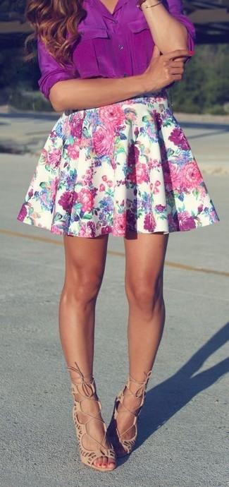 Cómo combinar: blusa de botones morado, falda skater con print de flores blanca, sandalias romanas de ante en beige
