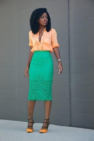 Cómo combinar: blusa de botones naranja, falda lápiz de encaje verde, sandalias de tacón de cuero naranjas