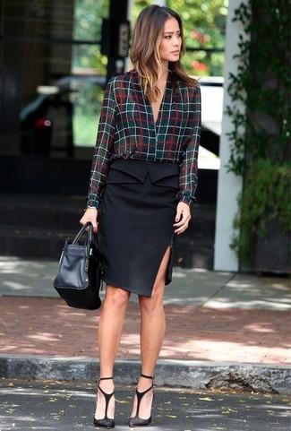 Cómo combinar una falda lápiz negra: Si buscas un look en tendencia pero clásico, empareja una blusa de botones a cuadros negra junto a una falda lápiz negra. Un par de zapatos de tacón de ante con recorte negros se integra perfectamente con diversos looks.