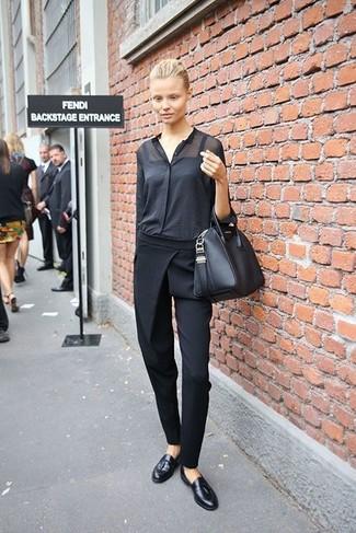 Cómo combinar: blusa de botones negra, pantalón de pinzas negro, mocasín con borlas de cuero negro, bolsa tote de cuero negra