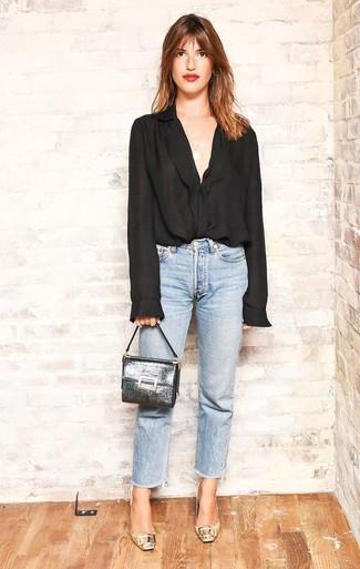 Cómo combinar: blusa de botones de gasa negra, vaqueros celestes, zapatos de tacón de cuero dorados, cartera sobre de cuero plateada