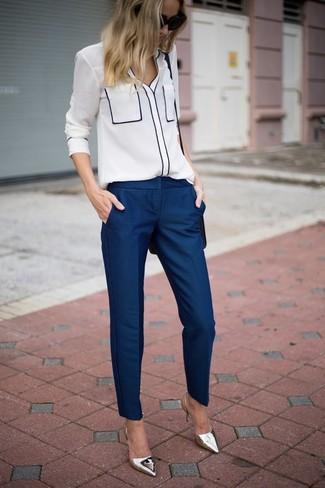 Cómo combinar: blusa de botones blanca, pantalón de vestir azul marino, zapatos de tacón de cuero plateados, bolso bandolera de cuero negro