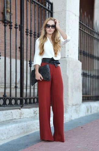 Haz de una blusa de botones blanca y un cinturón de cuero negro de Saint Laurent tu atuendo para lograr un estilo informal elegante.