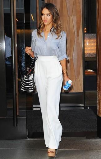 Look de Jessica Alba: Blusa de botones gris, Pantalones anchos blancos, Sandalias de tacón de cuero marrón claro, Bolsa tote de cuero en negro y blanco