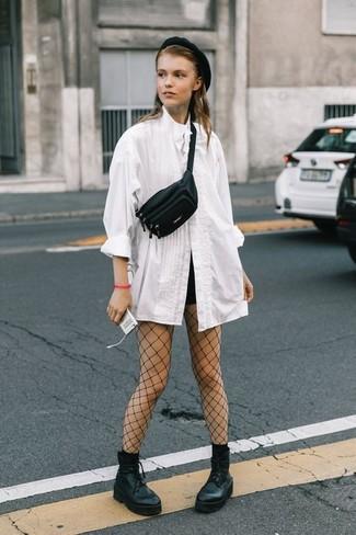 Cómo combinar: blusa de botones blanca, pantalones cortos negros, botines con cordones de cuero gruesos negros, riñonera de cuero negra