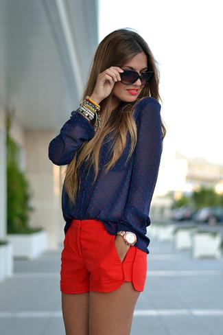 Este combo de una blusa de botones a lunares azul marino y unos pantalones cortos te permitirá mantener un estilo cuando no estés trabajando limpio y simple.