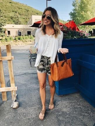 Cómo combinar: blusa de botones de gasa blanca, pantalones cortos de camuflaje verde oliva, sandalias de dedo de cuero marrónes, bolsa tote de cuero en tabaco