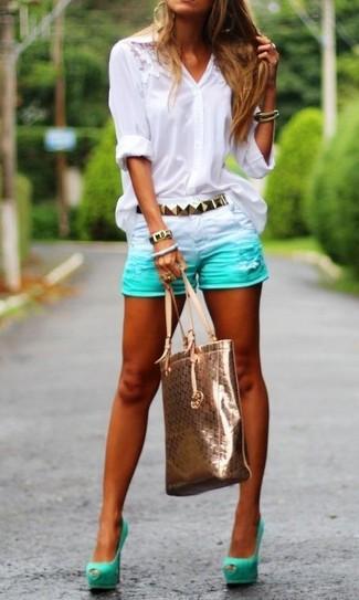 Cómo combinar: blusa de botones de encaje blanca, pantalones cortos vaqueros en verde menta, zapatos de tacón de ante con recorte en verde menta, bolsa tote de cuero dorada