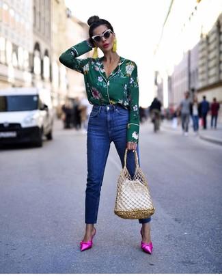 Look de moda: Blusa de botones con print de flores verde oscuro, Vaqueros azules, Chinelas de satén rosa, Mochila con cordón de cuero blanca