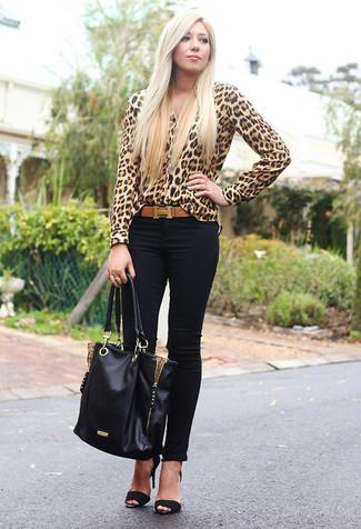 Cómo combinar: blusa de botones de leopardo marrón claro, vaqueros pitillo negros, sandalias de tacón de ante negras, bolsa tote de cuero negra