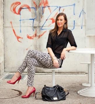 Cómo combinar: blusa de botones de gasa negra, vaqueros pitillo de leopardo marrón claro, zapatos de tacón de cuero rojos, bolsa tote de cuero negra