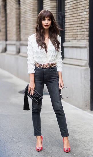 Cómo combinar: blusa de botones de encaje blanca, vaqueros pitillo negros, zapatos de tacón de satén con adornos rojos, cartera sobre de cuero negra