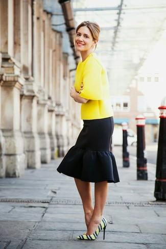 Cómo combinar: blusa de manga corta amarilla, falda lápiz con volante negra, zapatos de tacón de cuero de rayas horizontales amarillos