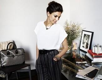 Blusa de manga corta blanca pantalon de vestir gris oscuro bolsa tote negra y blanca correa negra large 2608