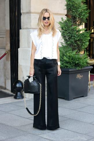 Cómo combinar: blusa de manga corta blanca, pantalones anchos de satén negros, bolso de hombre de cuero negro