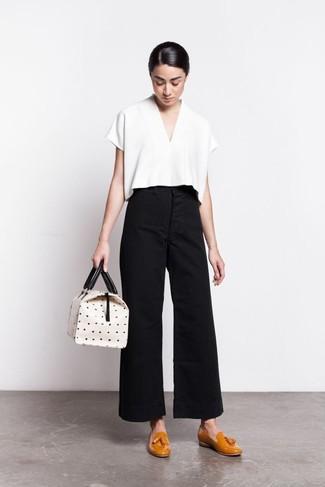 Cómo combinar: blusa de manga corta blanca, pantalones anchos negros, mocasín con borlas de cuero mostaza, bolsa tote de cuero a lunares blanca