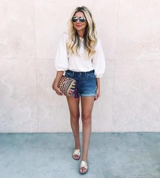 Cómo combinar: blusa de manga corta blanca, pantalones cortos vaqueros azul marino, sandalias planas de cuero doradas, cartera sobre de punto en multicolor