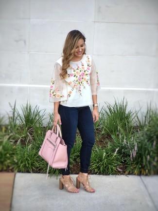 Cómo combinar: blusa de manga corta bordada blanca, vaqueros pitillo azul marino, sandalias de tacón de ante marrón claro, bolsa tote de cuero rosada