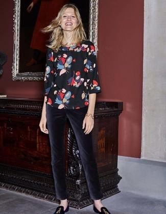 Cómo combinar: blusa de manga corta con print de flores negra, pantalones pitillo de terciopelo negros, mocasín de ante bordados negros
