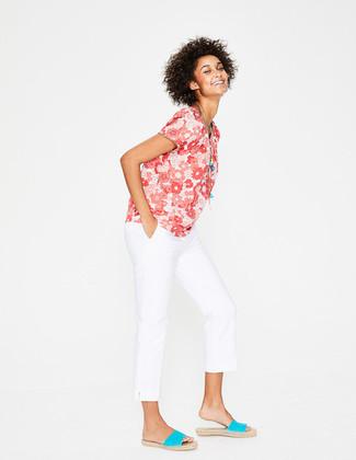 Cómo combinar: blusa de manga corta con print de flores roja, pantalón chino blanco, alpargatas en turquesa