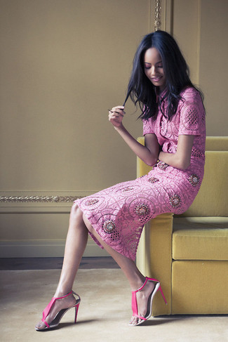Cómo combinar: blusa de manga corta de encaje rosa, falda midi de encaje rosa, sandalias de tacón de cuero rosa