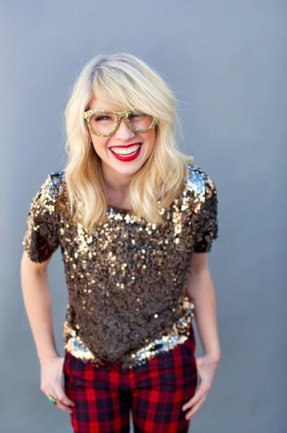 Cómo combinar: blusa de manga corta de lentejuelas dorada, pantalones pitillo de tartán rojos