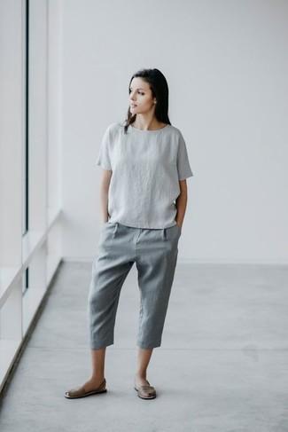 Cómo combinar unas sandalias planas de cuero grises: Considera ponerse una blusa de manga corta de lino gris y un pantalón chino de lino gris para crear una apariencia elegante y glamurosa. ¿Quieres elegir un zapato informal? Opta por un par de sandalias planas de cuero grises para el día.