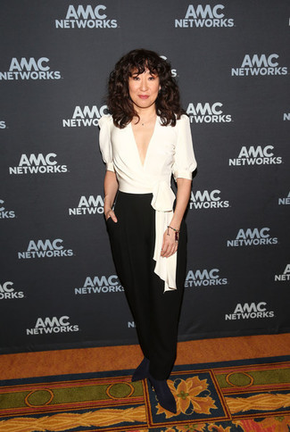 Cómo combinar: blusa de manga corta de seda blanca, pantalones anchos negros, botines de elástico azul marino