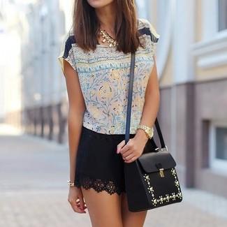Cómo combinar: blusa de manga corta de seda con print de flores en beige, minifalda negra, bolso bandolera de cuero con adornos negro, collar dorado
