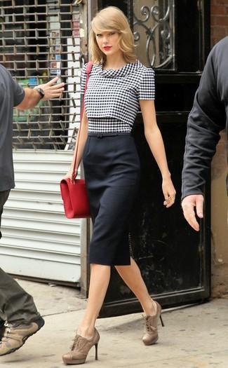 Look de Taylor Swift: Blusa de Manga Corta de Cuadro Vichy en Negro y Blanco, Falda Lápiz Negra, Botines con Cordones de Cuero Marrón Claro, Bolso Bandolera de Cuero Rojo