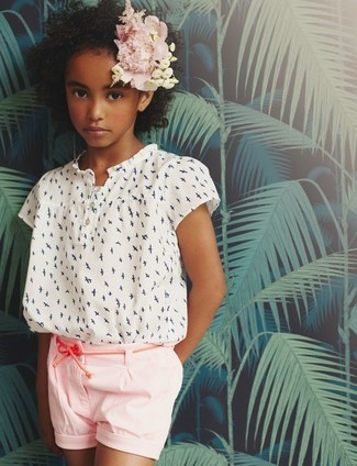 Cómo combinar: blusa de manga corta estampada blanca, pantalones cortos rosados