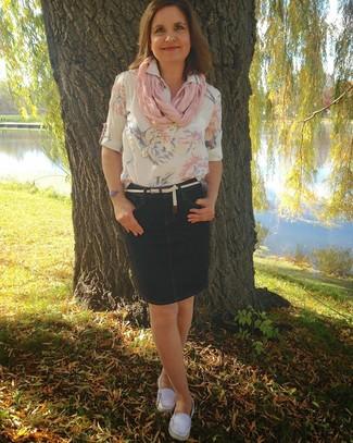 Para crear una apariencia para un almuerzo con amigos en el fin de semana considera emparejar una blusa de manga corta de flores blanca con una falda lápiz vaquera azul marino. Mocasín de conducción de lona blancos añadirán un nuevo toque a un estilo que de lo contrario es clásico.