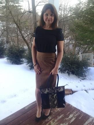 Cómo combinar: blusa de manga corta negra, falda lápiz de ante marrón, zapatos con cuña de ante negros, bolsa tote de cuero con print de serpiente negra
