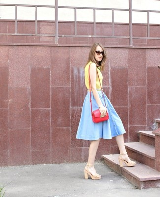 Cómo combinar: blusa de manga corta amarilla, falda skater vaquera celeste, sandalias de tacón de cuero en beige, bolso bandolera de cuero rojo