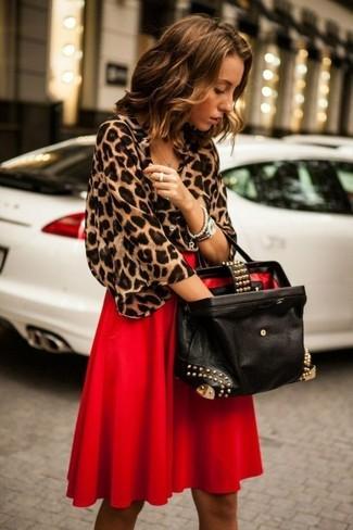 Cómo combinar: blusa de manga corta de leopardo marrón, falda midi plisada roja, bolsa tote de cuero con adornos negra, reloj plateado