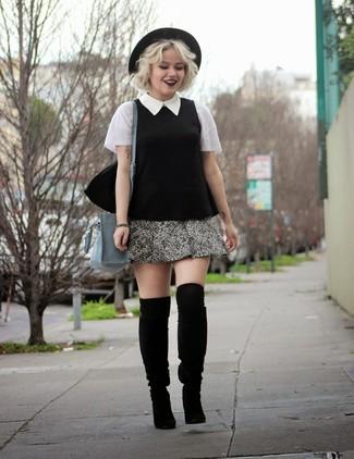Cómo combinar: blusa de manga corta en negro y blanco, minifalda de tweed gris, botas de caña alta de ante negras, bolso bandolera de cuero gris
