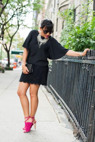 Cómo combinar: blusa de manga corta de gasa negra, minifalda de encaje negra, sandalias de tacón de ante rosa, cartera sobre de cuero acolchada negra
