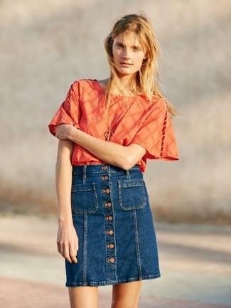 Cómo combinar: blusa de manga corta naranja, falda con botones vaquera azul marino, colgante dorado
