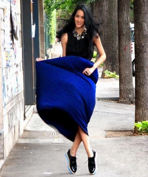 6b87e56eb4 Cómo combinar una falda larga azul (20 looks de moda)