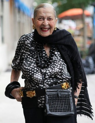 Cómo combinar un bolso bandolera de cuero negro: Opta por una blusa de manga corta estampada en negro y blanco y un bolso bandolera de cuero negro transmitirán una vibra libre y relajada.